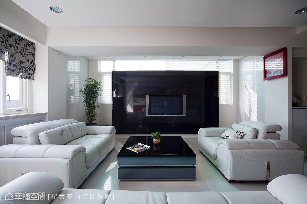 由皮革與烤玻構成的電視主牆,保留上方與兩側的採光範圍,在時尚對比的現代質感之外,又多了一份溫馨雅韻。