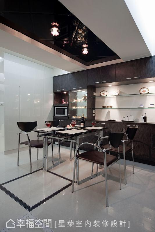 整合展示端景的餐櫃安排,在天花板的黑色烤玻對應之下,定義出明確的用餐範圍。