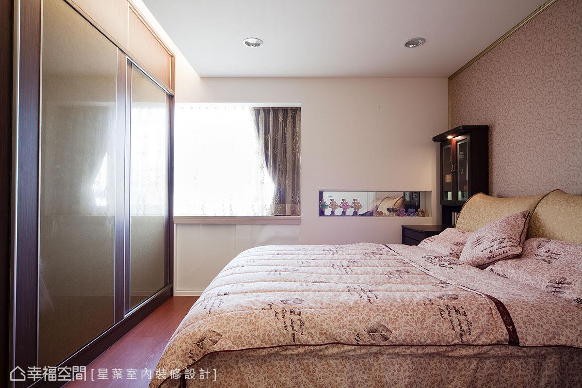 與床頭畫框線板遙相呼應的夾絹櫃面,透過系統桶身有效拿捏預算分配。