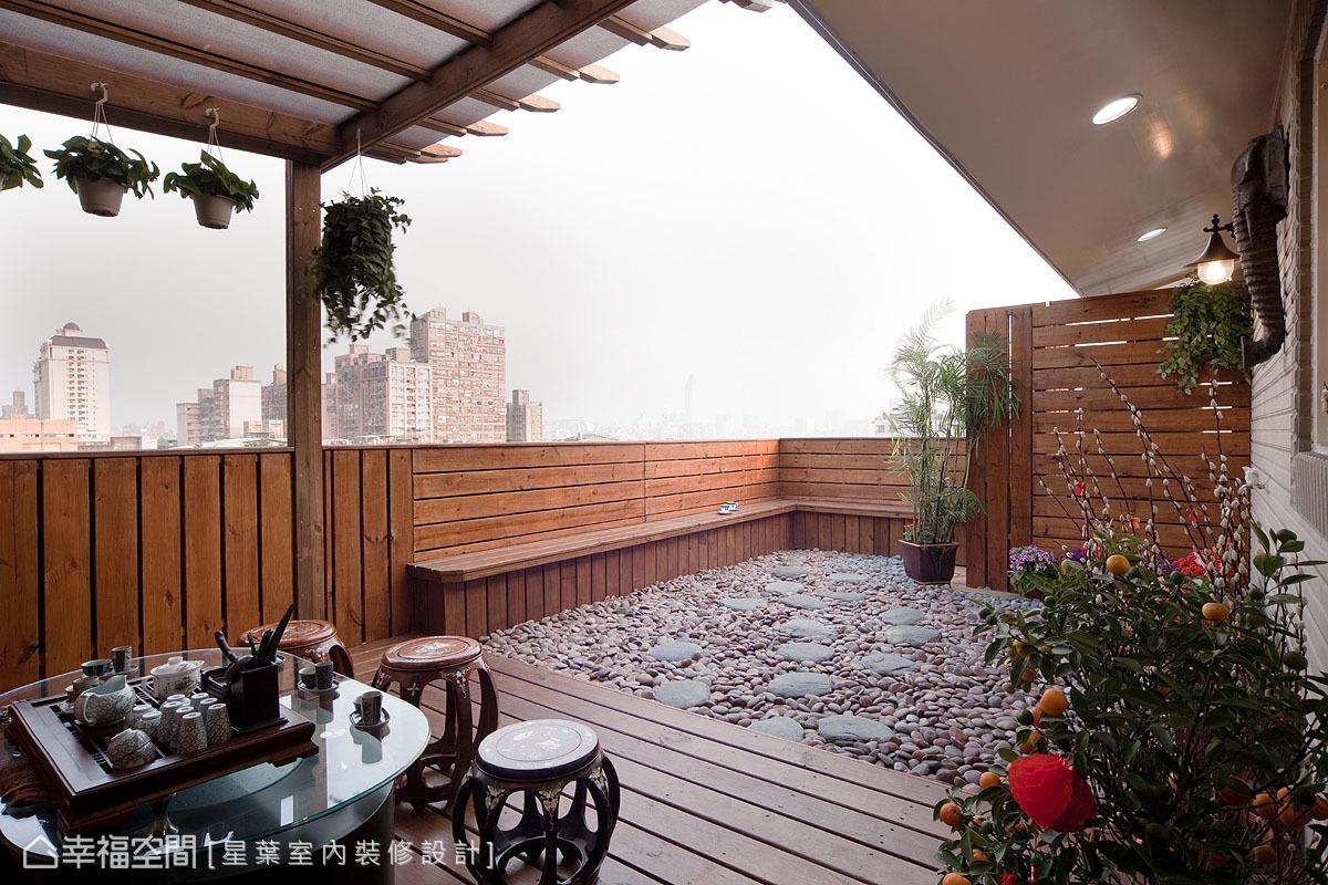 藉由雨遮棚頂界定出的半開放露台,讓屋主能夠與友人一起品茶談天,不畏烈日陰雨。