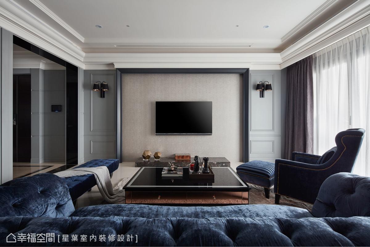 左側玄關與客廳間的門框,星葉室內裝修設計團隊以黑鏡勾勒出低調現代風格。除此之外,林峰安設計師在客廳以暖色系壁紙鋪成主牆面,增添溫暖之感,並利用淺灰線板及壁燈達到空間的平衡、對稱之美。