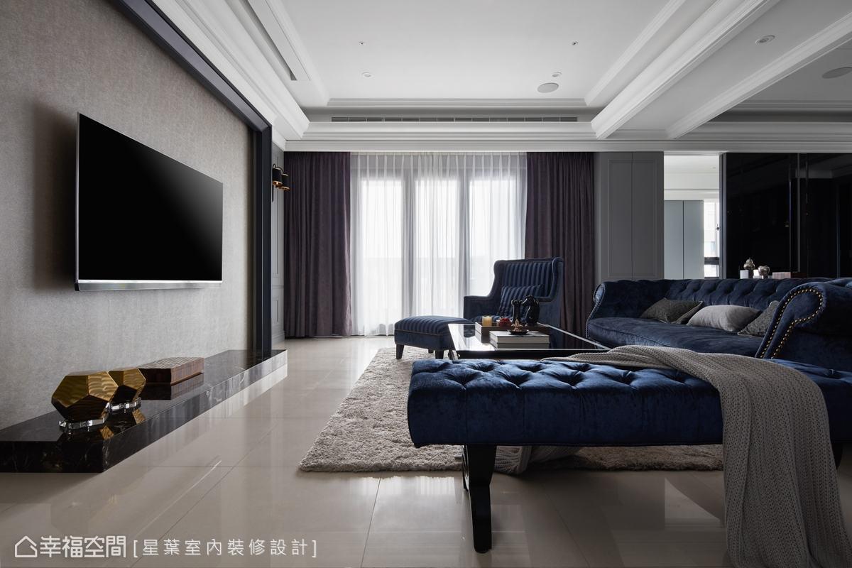 電視牆以鐵灰線框營造端莊、俐落之風,林峰安設計師特別以簡單線條處理,將空間中的現代風格和古典風格比例拿捏得宜。