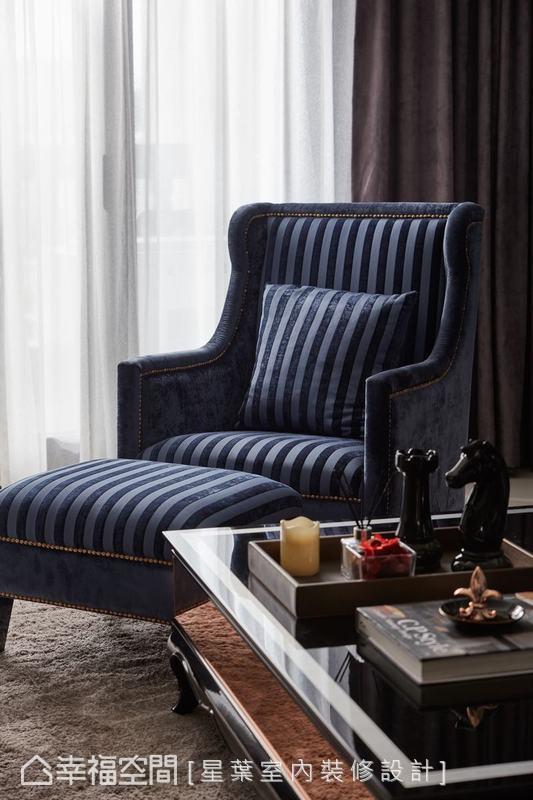客廳旁的自然光灑落於低調高雅的空間,為深色調且具高貴氣息的絨布家具,帶出明亮與清新。