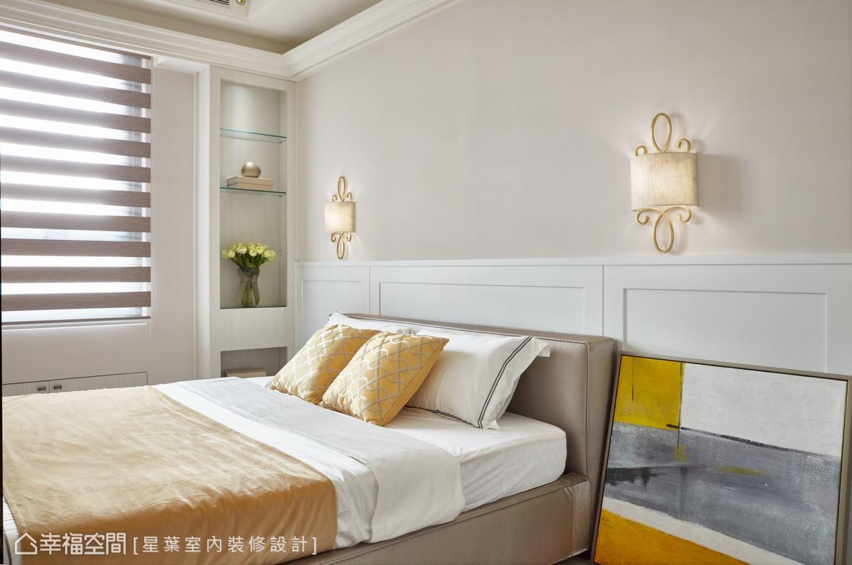 以明亮色系為主體的客房,床頭使用暖色壁紙,搭配對稱、帶有歐式線條裝飾的床頭燈,都在在呈現屋主的大器。