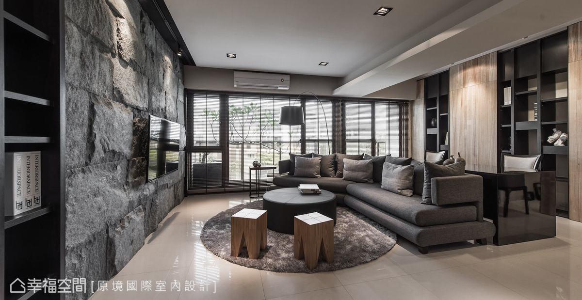 拆除其中一房融入客廳,並利用彎形沙發與書桌,自然界定出內外範圍。