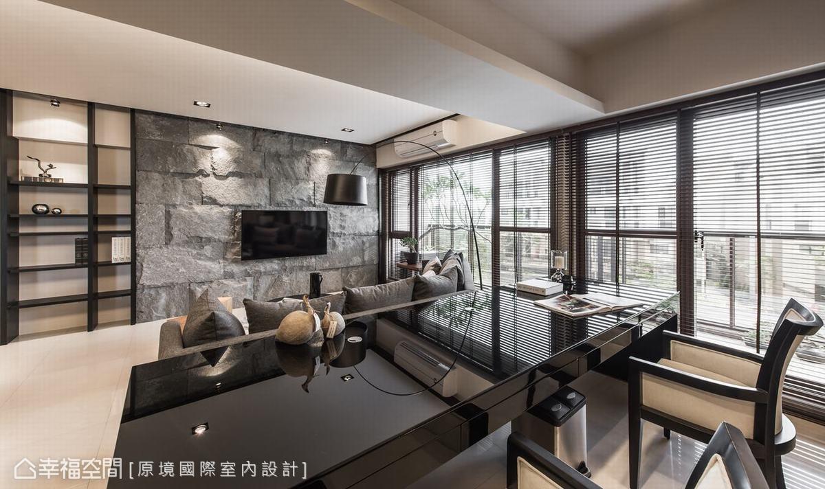 特別加大訂製書桌,讓職業為平面攝影師的屋主,可以在寬敞的工作檯面修圖與辦公。