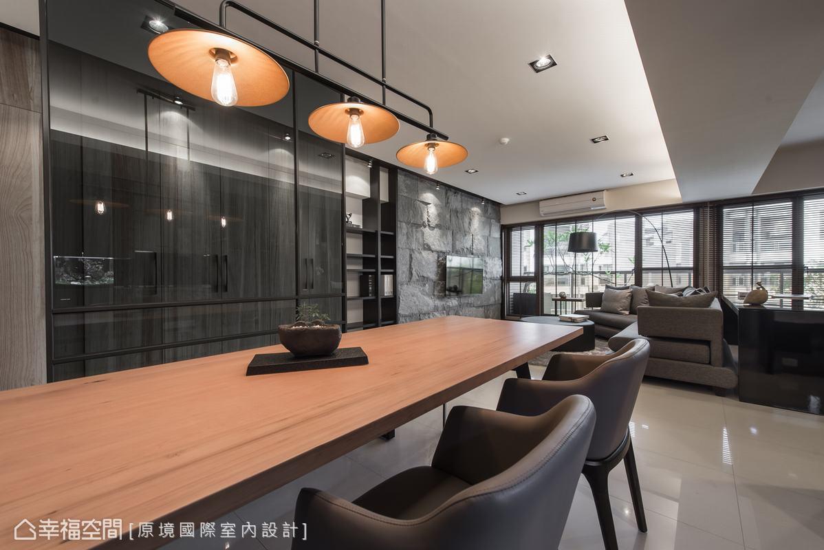 嚴選一盞造型特殊的燈飾,使餐敘場合有更為別致的氣氛。