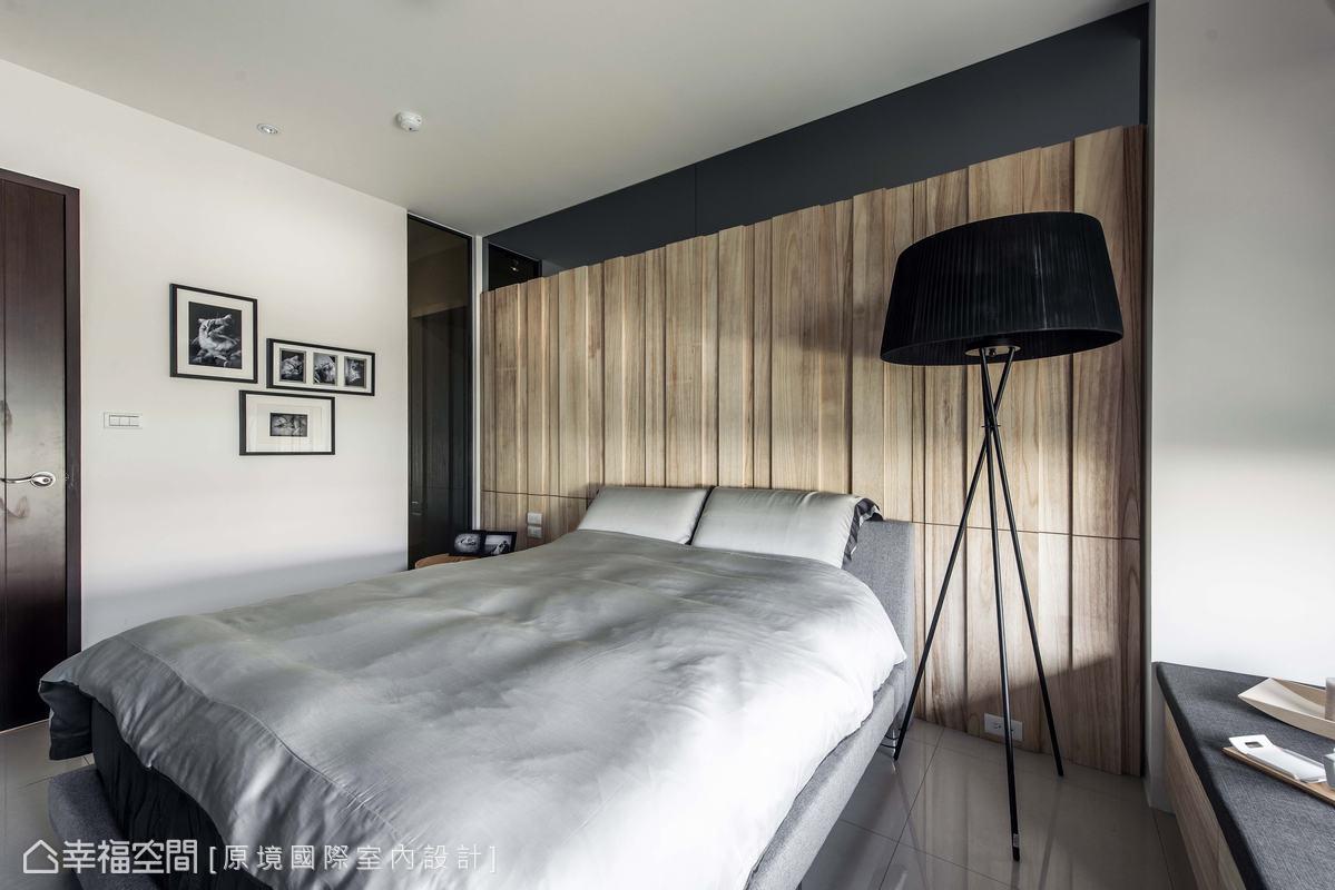 因應風水顧慮重置入口位置,也讓床頭能充分運用。