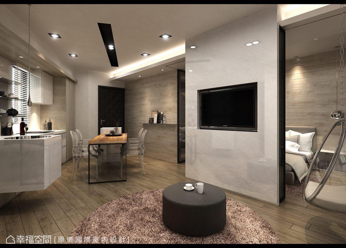 卡拉拉白大理石主牆藏起活動式的灰玻隔間,以環狀動線概念串起臥室、餐廚、客廳三個機能;並於靠窗側設置玻璃球吊椅,打造舒適自在的度假生活機能。