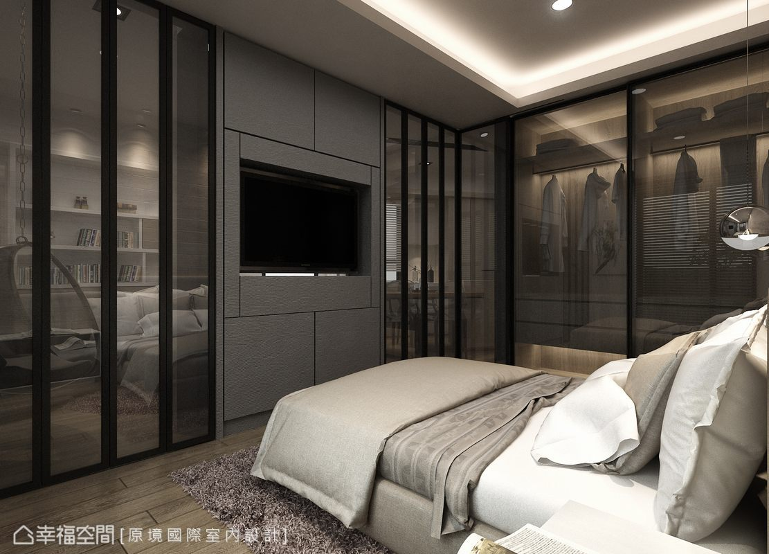 與客廳共用的主牆,後方為機櫃與收納使用,可旋轉360度的電視滿足雙向的視聽機能;一側以呼應活動隔間的灰鏡,作為滿足短期居住衣物收納的拉門。