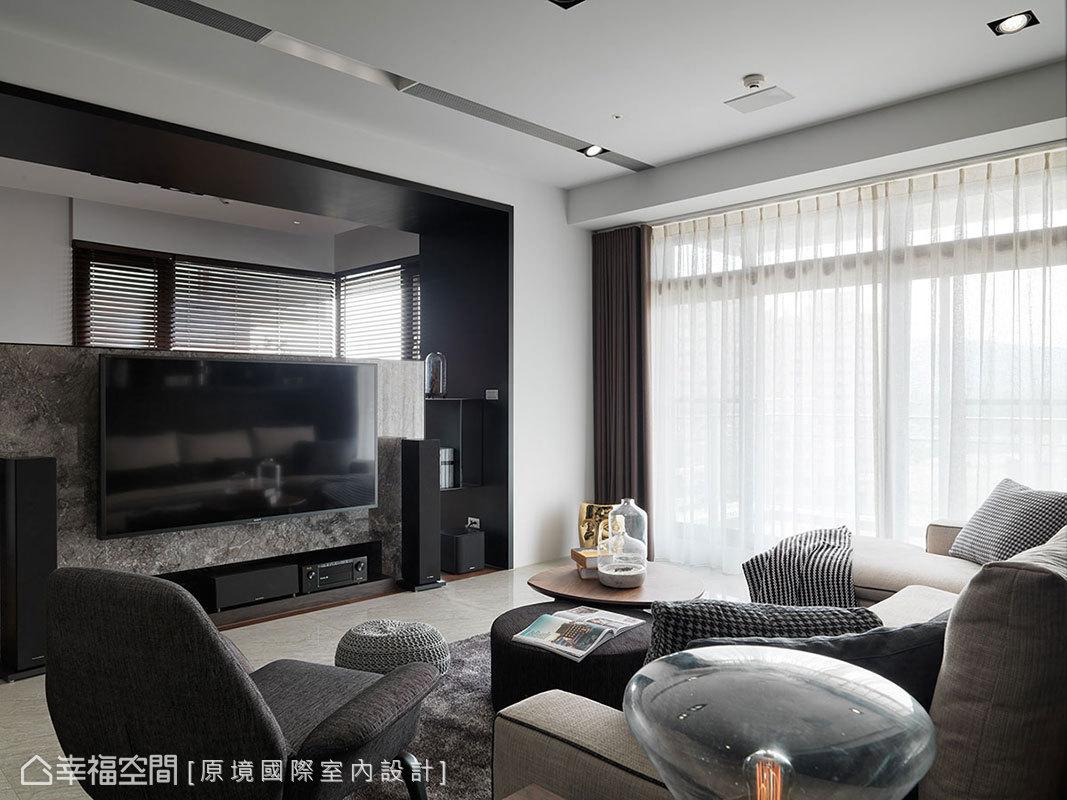 原坪數過大的客廳,邱郁雯設計師利用樑下寬度安排半高電視牆,切割出比例得宜的空間尺度。