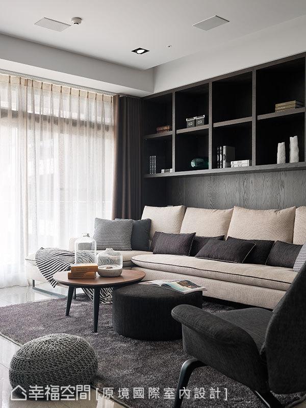 深色木作為基底的場域,搭配深淺大地色系家具,烘托滿室恬謐氣息。