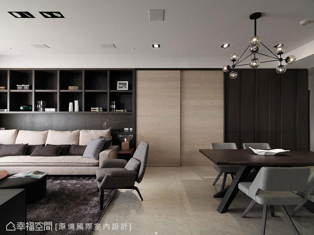 客廳後方的開放展示櫃,與餐廳旁立體鑿刻的備餐櫃,不同的設計線條卻形構完整的立面表情。