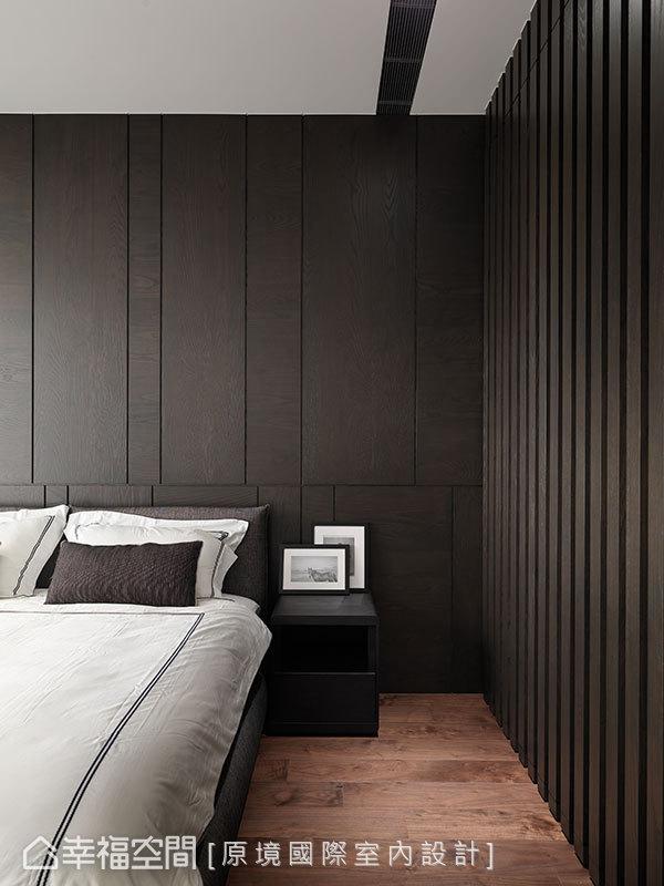 規劃在床側的格柵線條,隱藏衣櫃與通往更衣室的門片,保有主臥房的乾淨簡約。