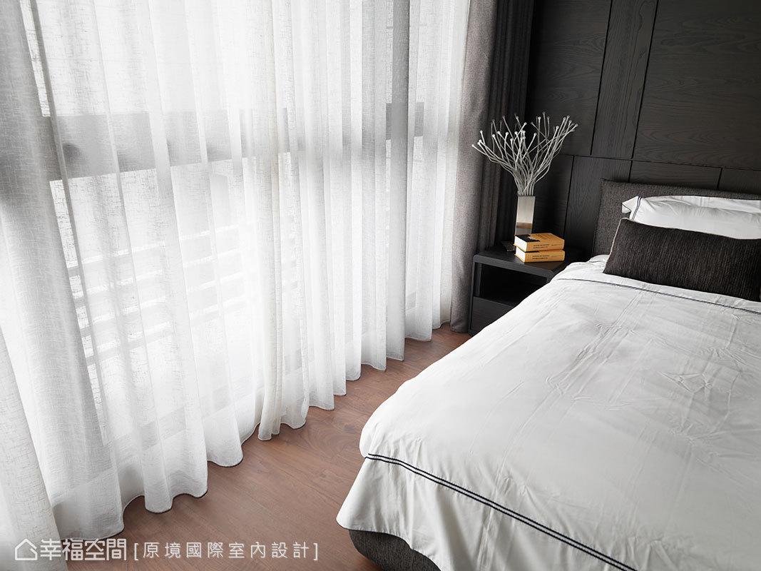 純白窗紗搭配黑白色系寢飾,純粹無雜質的色彩語言,構築安穩靜謐的臥眠氣息。