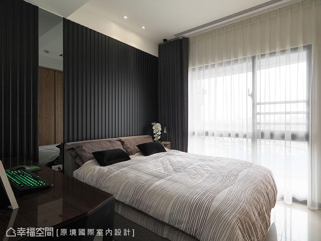 床頭背牆運用凹凸面的線條造型做背景,結合現代感的灰鏡,呈現對比的材質特性。