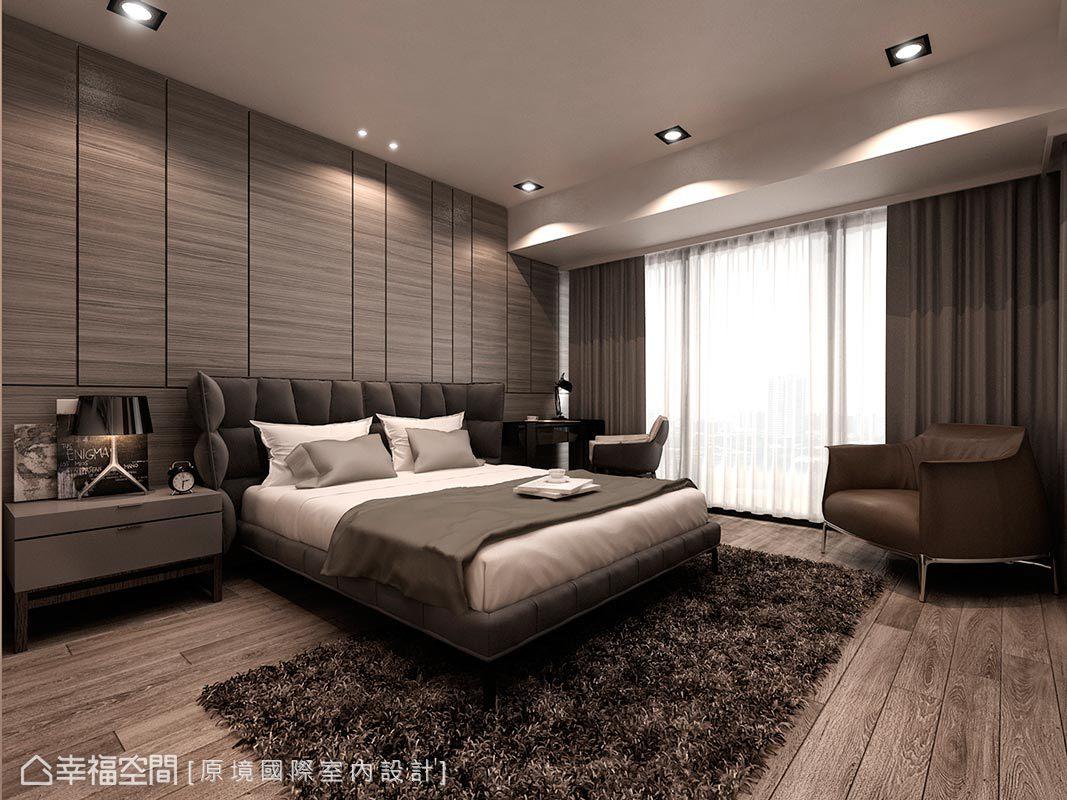 每個細節都能窺見巧思與精湛工藝,設計師邱郁雯運用線條勾勒床頭背牆,並藉由溫婉的色調營造舒適氛圍。
