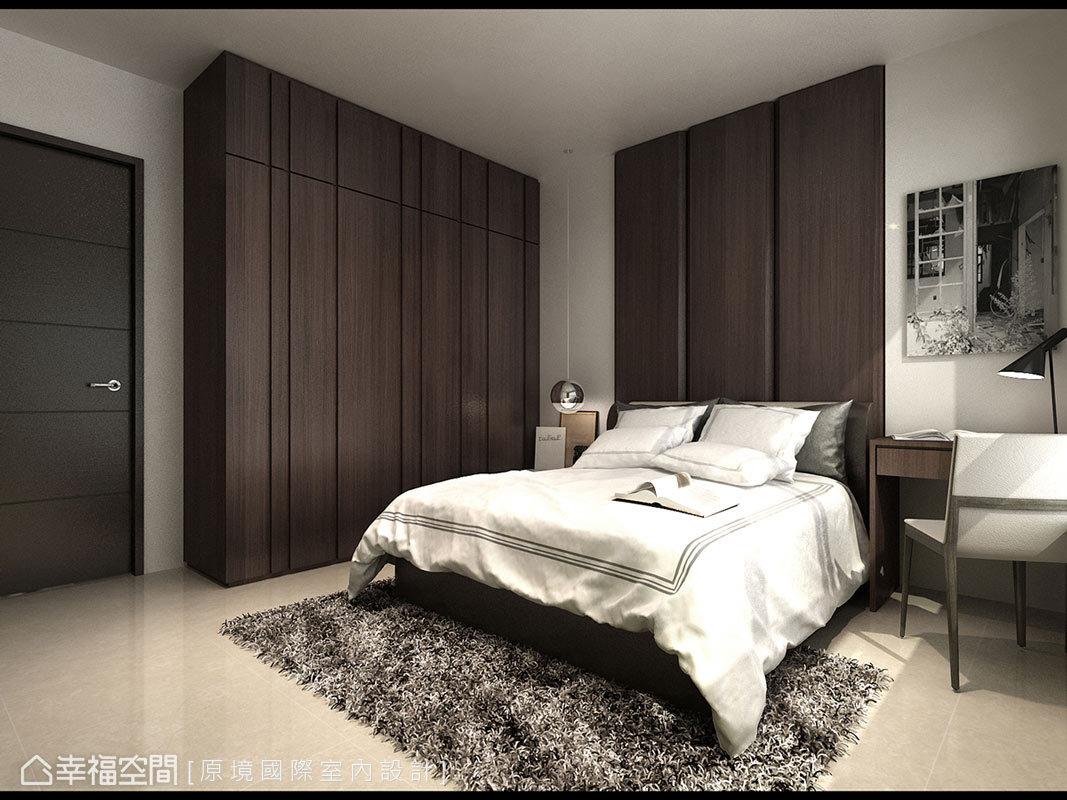 深色調性的床頭主牆,搭配同樣色系的櫃面,圍塑屋主所希冀的沉穩氛圍。