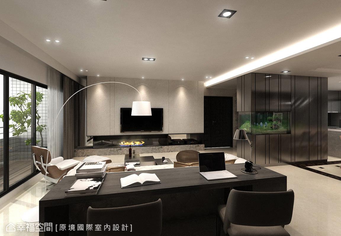 原境國際室內設計在開闊空間中,以「現代時尚」及「美式經典」的設計語彙,選購家具與燈飾等,圍塑四口之家的嶄新樣貌。