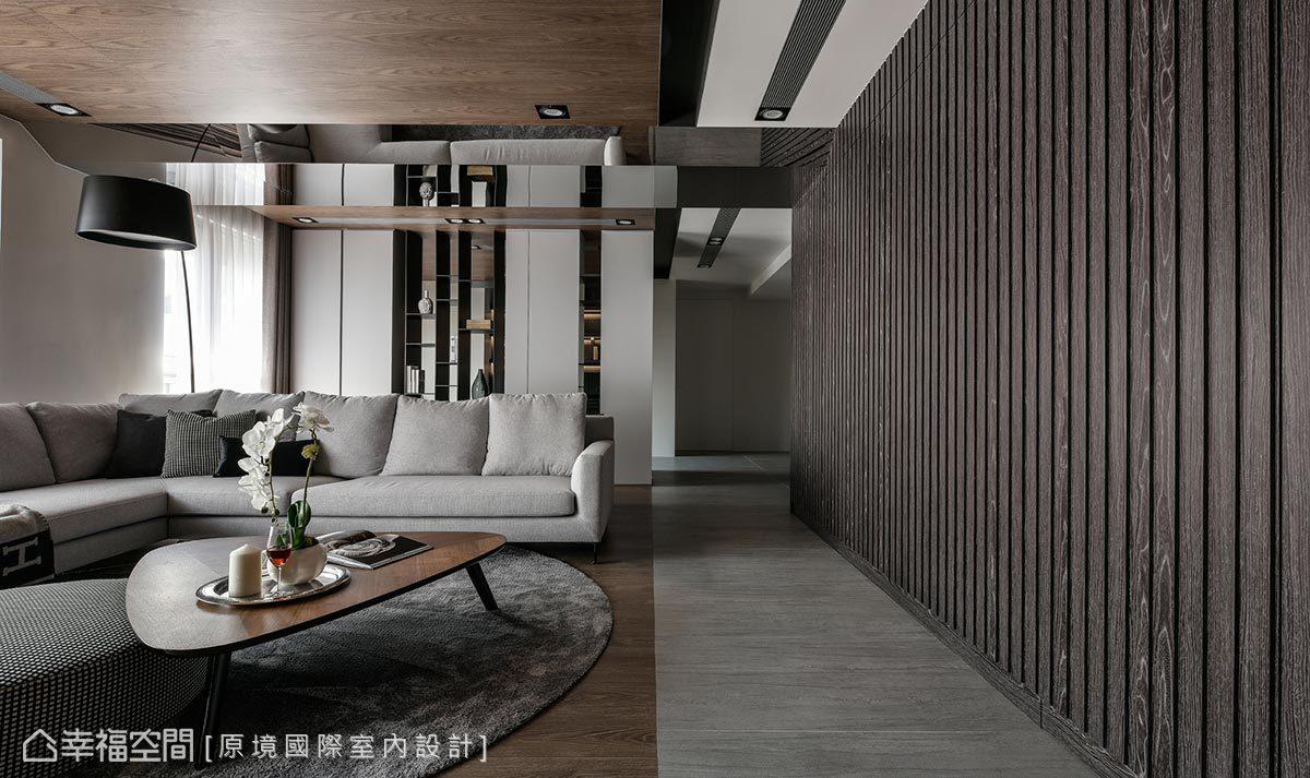 採彈性隔間方式,以不同深淺色地坪,和貼木皮天花板,界定出走道、客廳、書房空間。