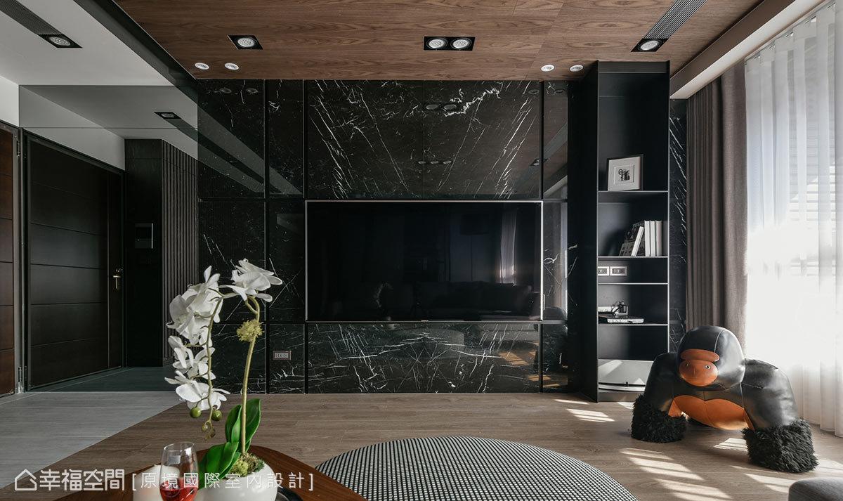 深色大理石材打造出電視牆,採溝縫設計帶來線性切割造型;兩側結合同色系櫃體和亮面質材,以延續性視覺拉長橫向闊度。