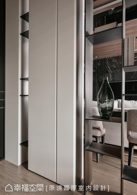 書房與多功能室之間,運用鏤空造型展示櫃,帶來通透效果,讓視線延伸無阻礙。