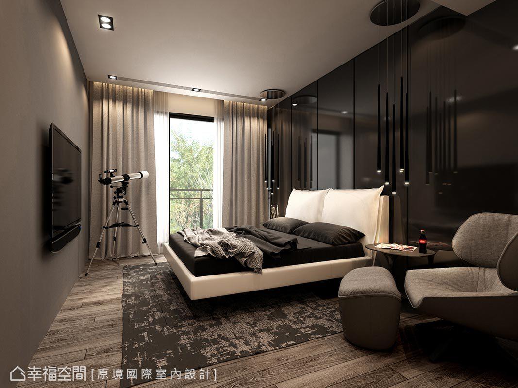 以黑白灰三色圍塑臥房簡約俐落風格,並擺放單椅及望遠鏡形塑休閒愜意況味。