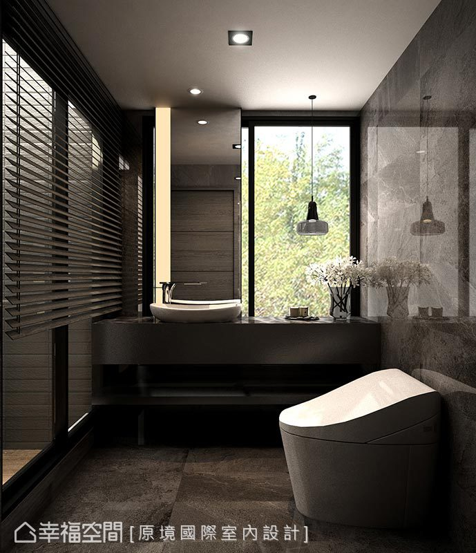 於衛浴空間開了扇窗,使屋主在如廁時也能同時欣賞窗外綠景。