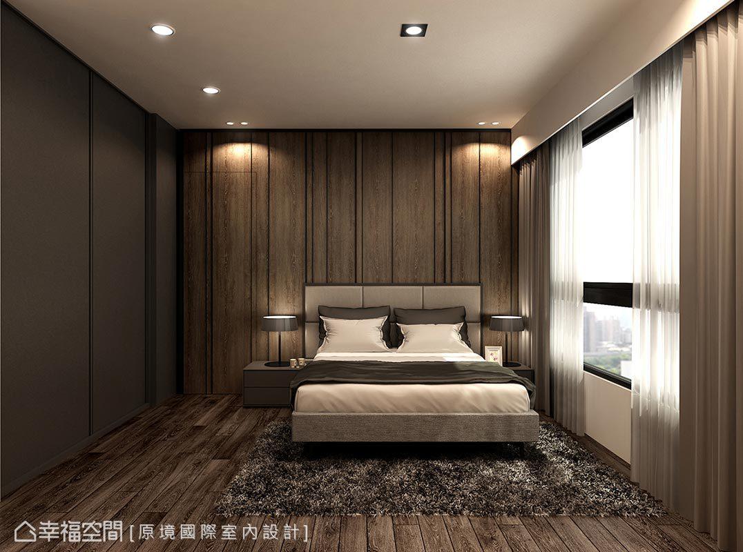 延續公共空間的沉穩氣質,床頭主牆以簡約線條佐以深木皮鋪敘,更順勢將衛浴入口一併藏於立面中。