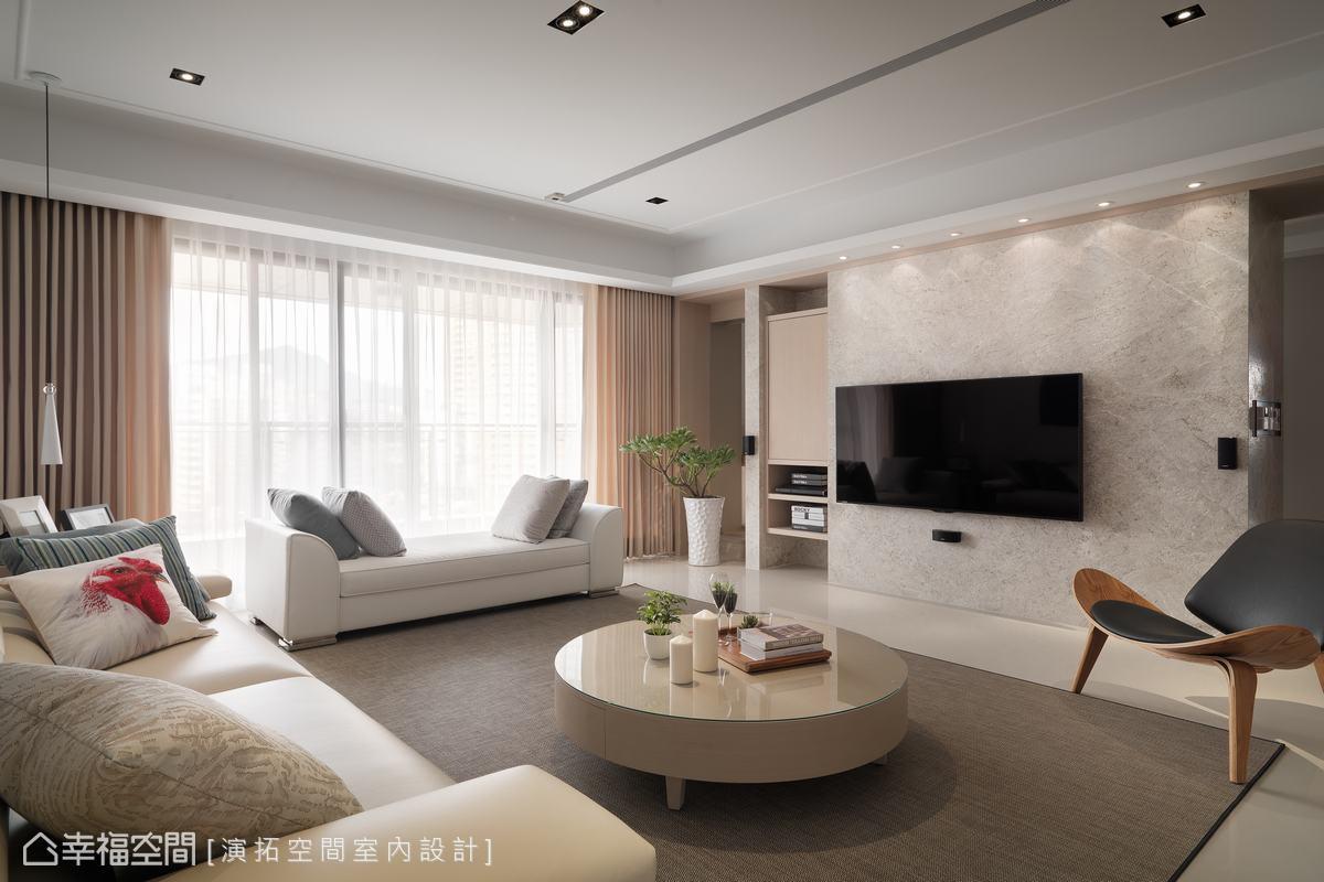 落地窗將自然採光引入室,充沛的採光機能給予客廳敞朗明亮的優質基底,與大地配色傢俬形成舒適紓壓的氛圍。