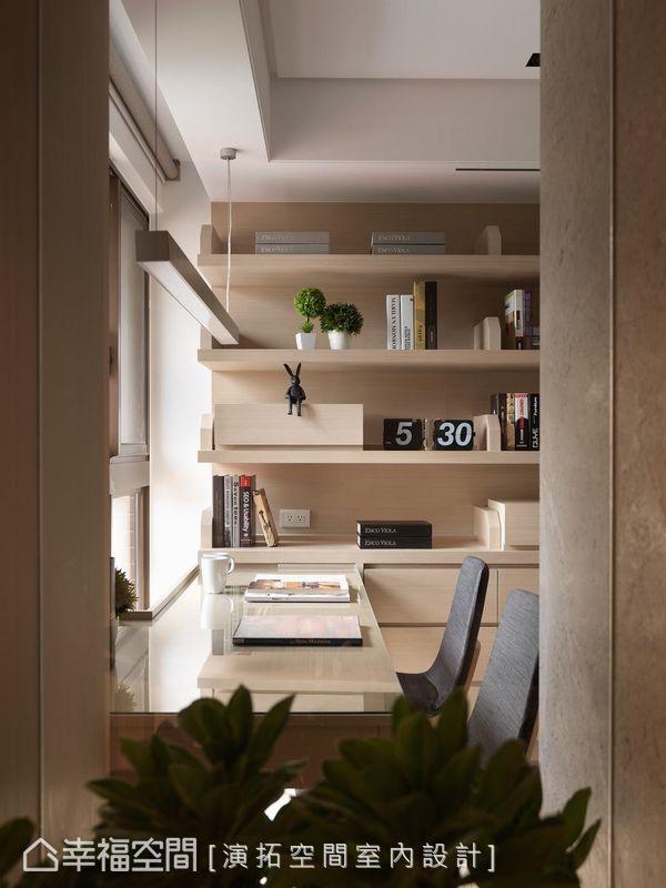 客廳與書房之間,特意以清玻打造穿透式書房,方便家人彼此關心、照護,進而延長視覺景深。