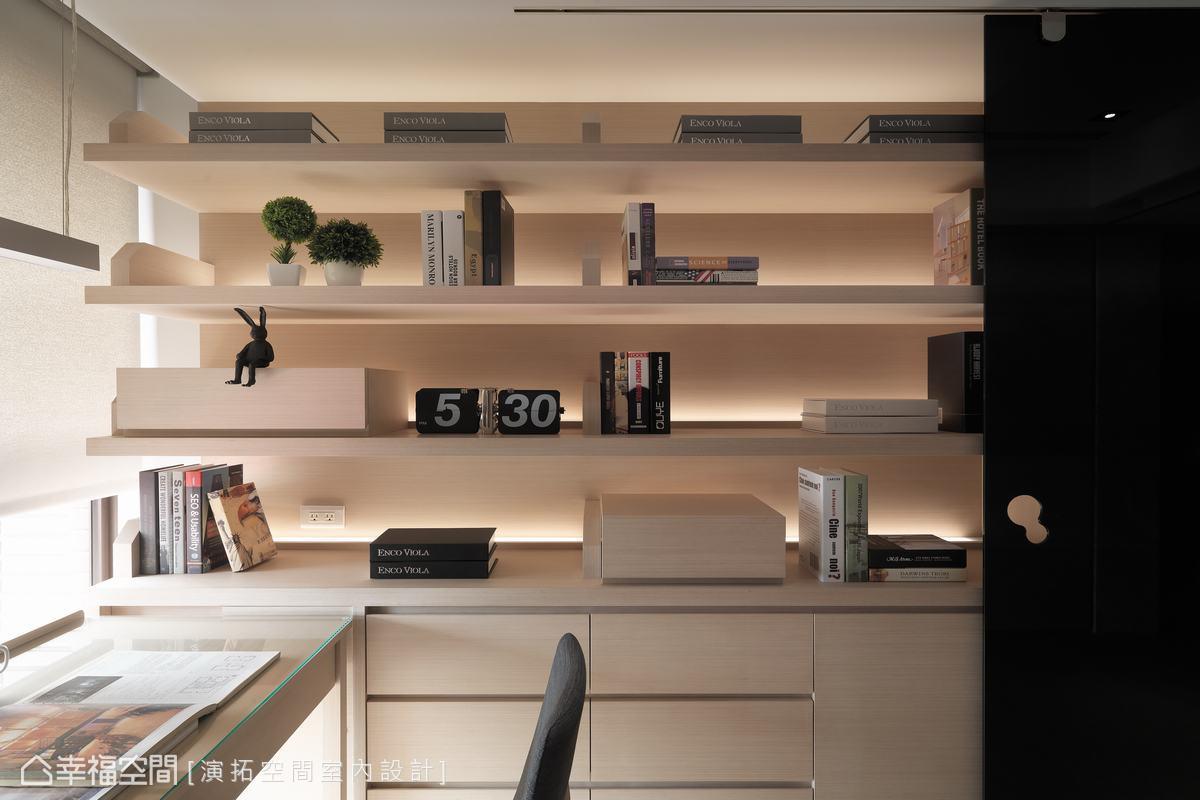 延續貼心設計,書桌細節皆有預留線槽、插頭等空間,而後方書牆則給予屋主收藏及書籍一處專屬的陳列展示區。