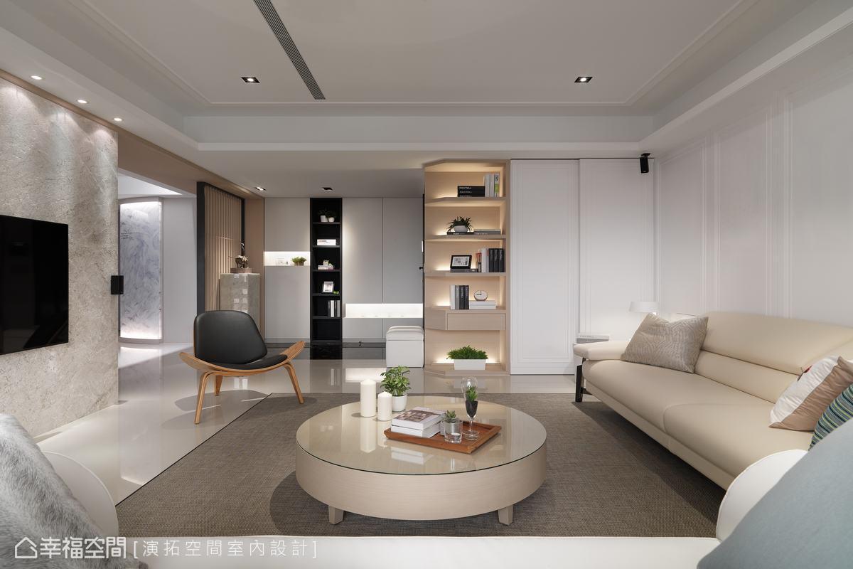 為使空間得以歷久彌新,玄關側邊設計儲藏外出服、公事包的空間,讓收納由生活細節起始,方便日後清潔與整理。