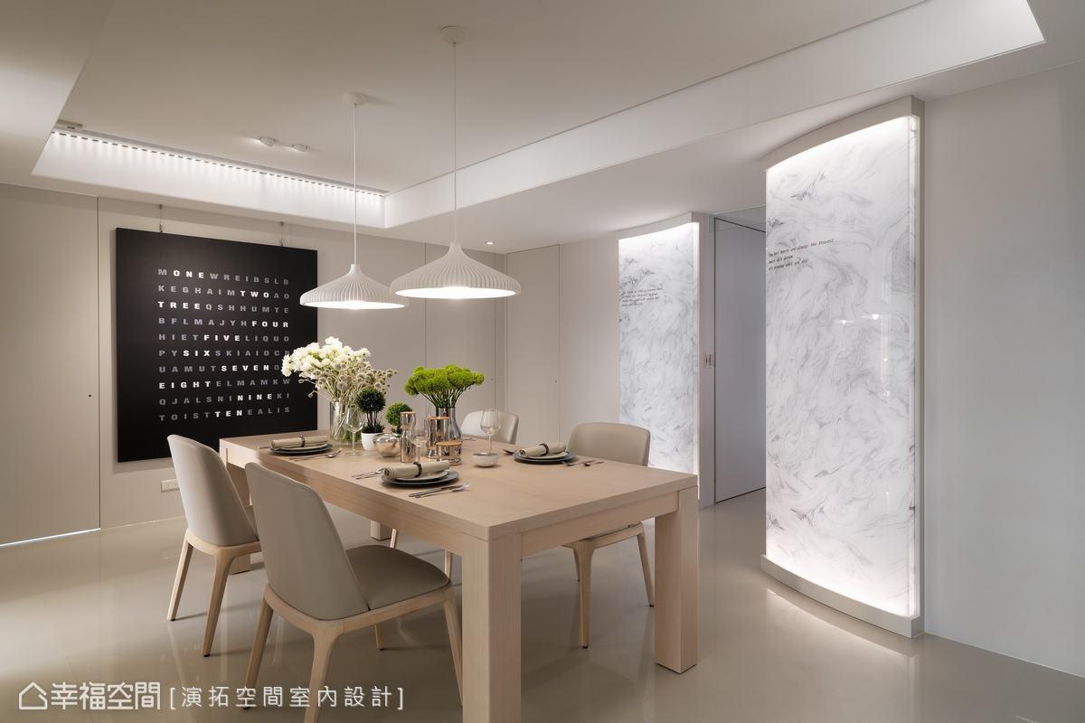 藉由曲面造型減少空間銳角提升居家安全,並為透光玻璃貼以仿石紋貼紙,形成柔和透光的廊道端景。