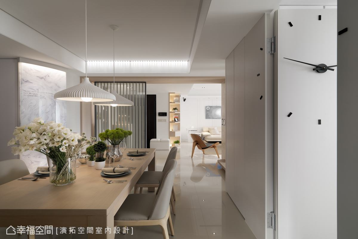演拓設計團隊將主臥房門以隱藏暗門手法藏於壁面之中,維持空間俐落清爽的視覺感受。