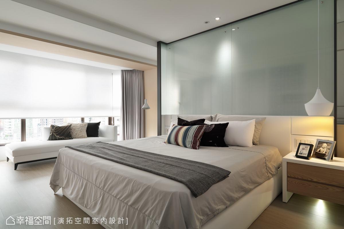 床頭主牆採強化玻璃設計,並於立面貼覆防爆膜、拉鋼索以提升居家安全,降低意外來襲的傷害性。