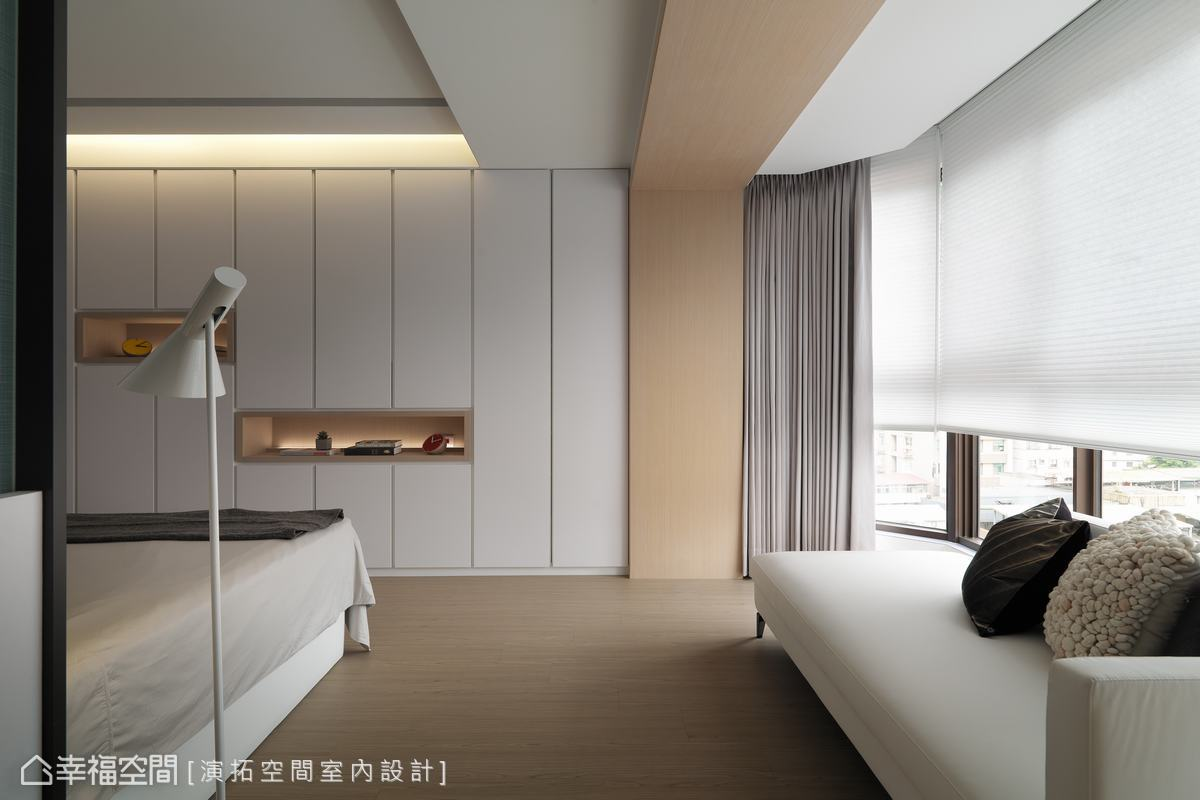 減少櫃面把手及線條,適度於櫃中設計展示平台,巧手弱化大面積的壓迫視感,賦予臥眠環境自在的舒心氛圍。