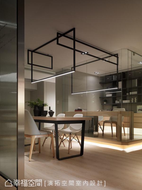 演拓空間室內設計利用鐵件燈飾串起工作區與餐廚的關聯性,稍微墊高並增設地光,階差讓書房也可以作為客房,讓打地舖變得更質感一些。