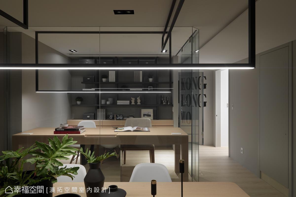 細長燈帶提供照明亦聚焦視覺,除了備妥足夠的收納機能外,書桌下方藉由不鏽鋼包覆埋藏電線的淺櫃,不因機能犧牲了美感。