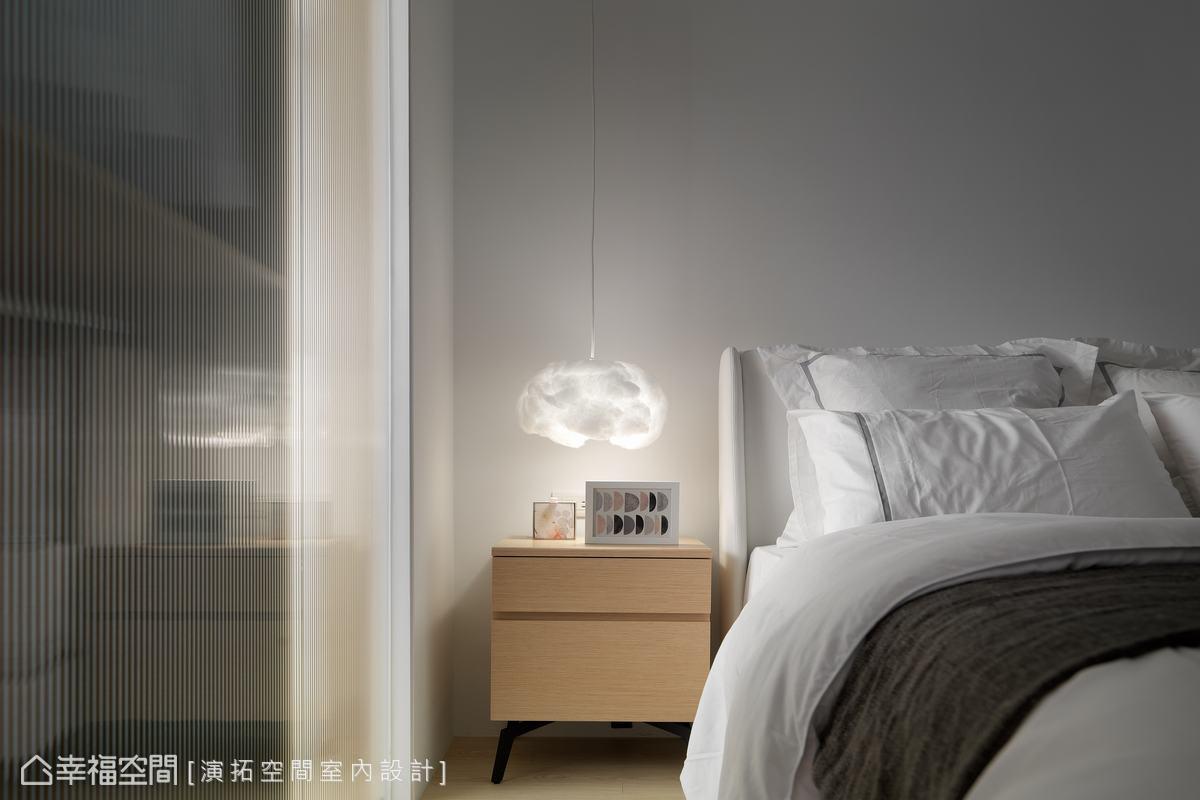 人工照明不只要在乎機能性,雲朵造型的夜燈由上而下垂吊,避免佔據床頭櫃的空間,輕柔的形體更凸顯寧靜的睡眠氛圍。