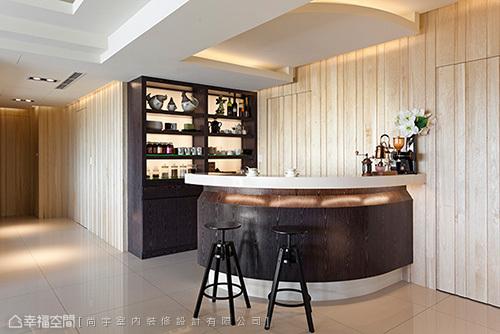 以符合邏輯的使用動線,在廚房暗門外設定吧檯位置,方便男女主人招待訪客。