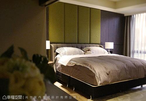利用儲藏櫃避開床頭壓樑的問題,並局部開放成為床頭櫃,用以置放睡前讀物。