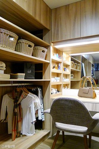 利用深度規劃梳妝保養用品的置放空間,方便女主人日常使用。