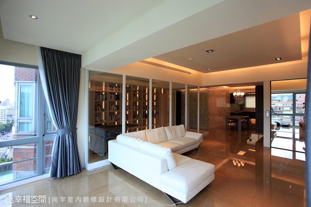 明亮格局下的通透感受,採取玻璃介面劃定書房空間的明確範圍。