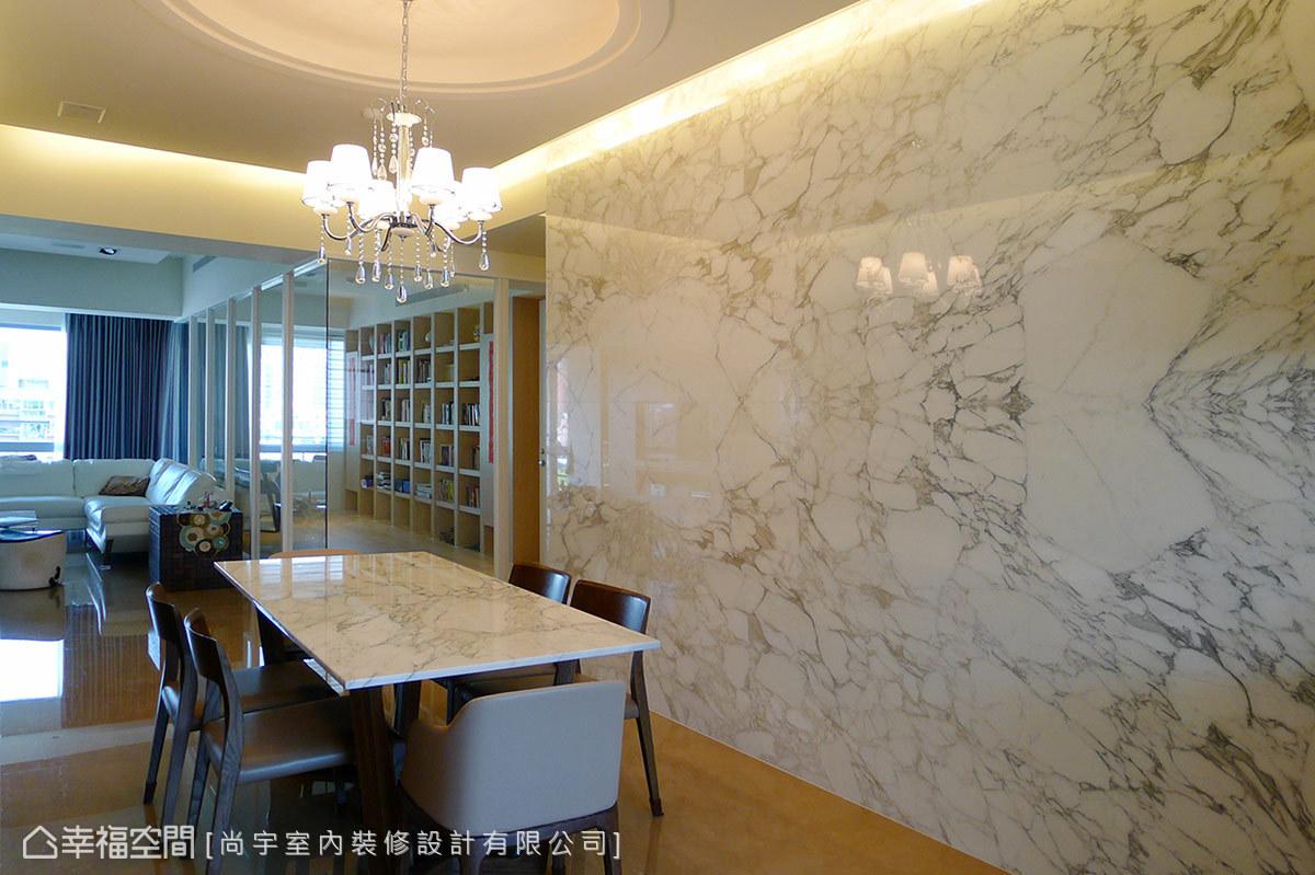 餐桌選擇與牆面同樣肌理的大理石材,維持一脈延續的風格鋪陳。