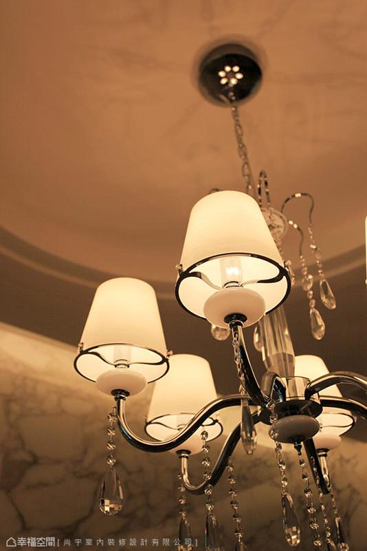 精心挑選的裝置主燈,點綴著浪漫奢華的餐佐氛圍。