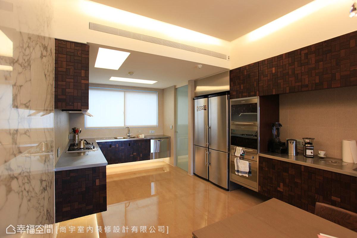 採取懸吊式的廚具規劃,讓空間更顯俐落輕盈。
