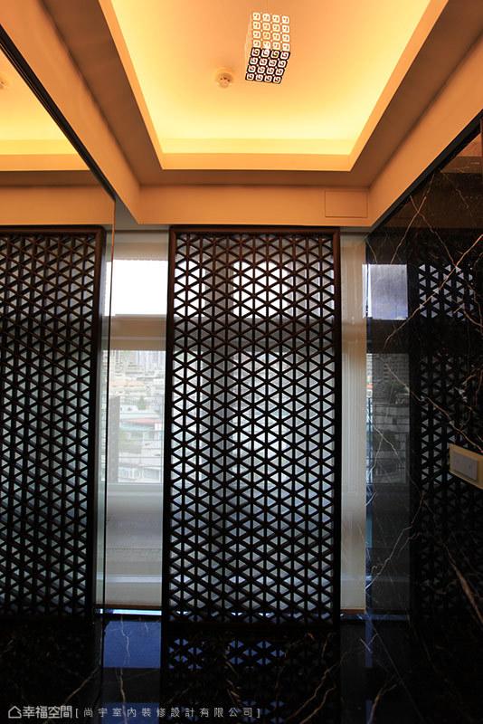 同樣以鐵刀實木訂製而成的造型門片,透射引入漸層光影。