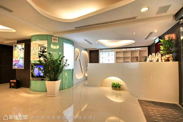 跳脫傳統診所的白色冰冷,簡約時尚中又加入不少植栽點綴,讓空間更有朝氣。