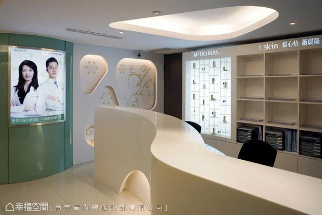 人造石曲線呼應風格設計主軸,規劃燈箱展示醫美中心的專業陣容。